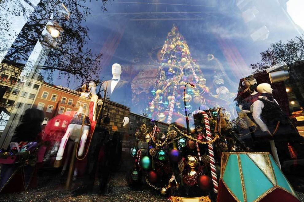 7) Праздничная витрина, в которой отражается улица Tauentzienstrasse. Tauentzienstrasse крупная торговая улица немецкой столицы, где расположен главный крытый шоппинг-центр Берлина. (John MacDougal, AFP / Getty Images)