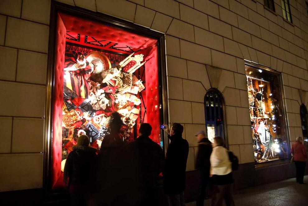 8) Оформитель этой витрины в знаменитом нью-йоркском универмаге «Bergdorf Goodman» черпал вдохновение из произведения Льюис Кэрролла «Алиса в стране чудес», поэтому в ней так много зеркал, игральных карт и кукол. (Damon Dahlen, AOL)