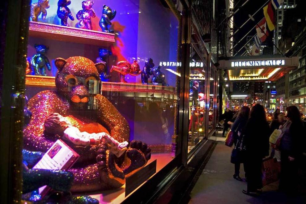 9) Прохожие идут мимо празднично украшенных витрин нью-йоркского универмага «Bloomingdale's», главного конкурента «Macy's». В этом году оформители использовали в украшении витрин таких персонажей, как Санта-Клаус и миссис Санта-Клаус, а также президента Барака Обаму и Первую Леди Мишель Обаму. (Damon Dahlen, AOL)
