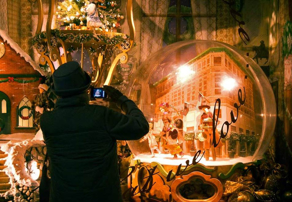 10) Прохожий фотографирует праздничную витрину с движущимися куклами в магазине «Lord & Taylor». Это - одна из старейших в мире сетей магазинов одежды (основана в 1826), основная специализация которой - дорогая консервативная одежда. Каждый год витрину в магазине на рождество делают новые дизайнеры. (Damon Dahlen, AOL)