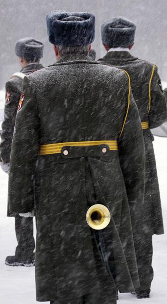 21) Военный оркестрант греет свой инструмент перед выступлением. 23 декабря. Лемболово, пригород Санкт-Петербурга, Россия. (Picture: AFP/GETTY)