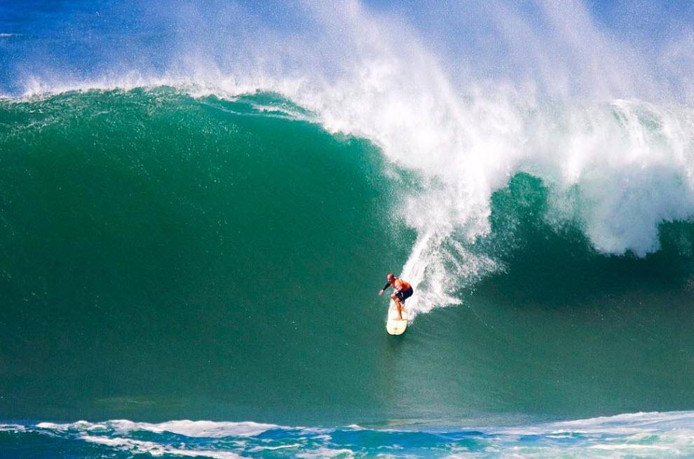 1) Девятикратный чемпион мира 37-летний cерфер Келли Слейтер из Флориды спускается вниз на волне во время соревнований по серфингу, которые проходили в память об Эдди Айкау Гавань Ваймеа (Waimea), расположенный на северном побережье острова Оаху, 8 декабря. (Eugene Tanner, AP)