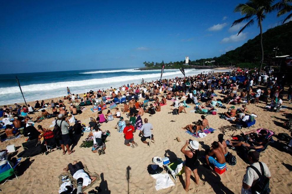 3) Толпы зрителей на пляже залива Ваймеа наблюдают за конкурсом. Тысячи зрителей и серферов стекаются к пляжам Гаваев, чтобы увидеть самые большие волны в этом штате за последние 50 лет. (Kent Nishimura, Getty Images)