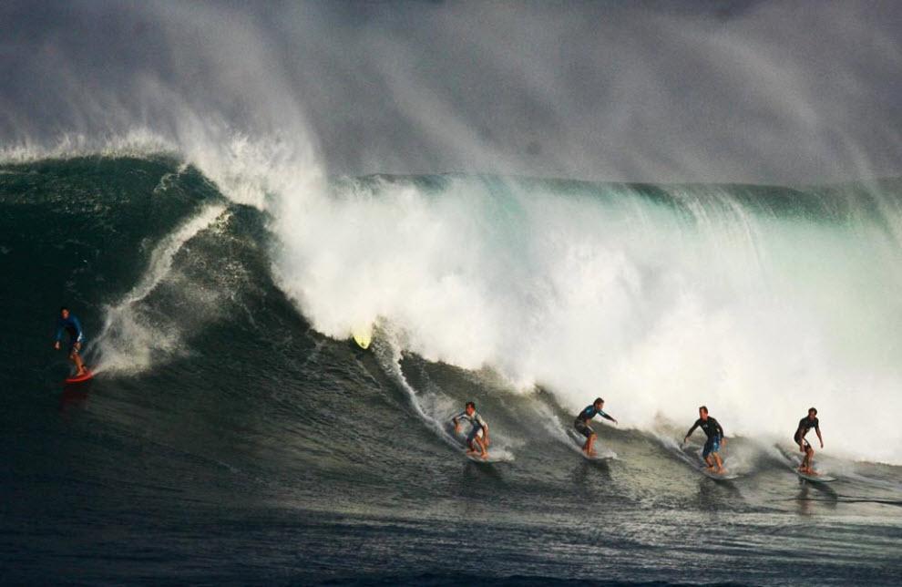4) С декабря по конец февраля серверы живут в ожидании того дня, когда волны будут достаточной высоты. И на этот раз удача улыбнулась быстро – у северного побережья острова Оаху в Waimea Bay волны зашкалили за 12-15 метров уже в начале декабря. На снимке - шестеро серфров на одной волне. (Kent Nishimura, Getty Images)