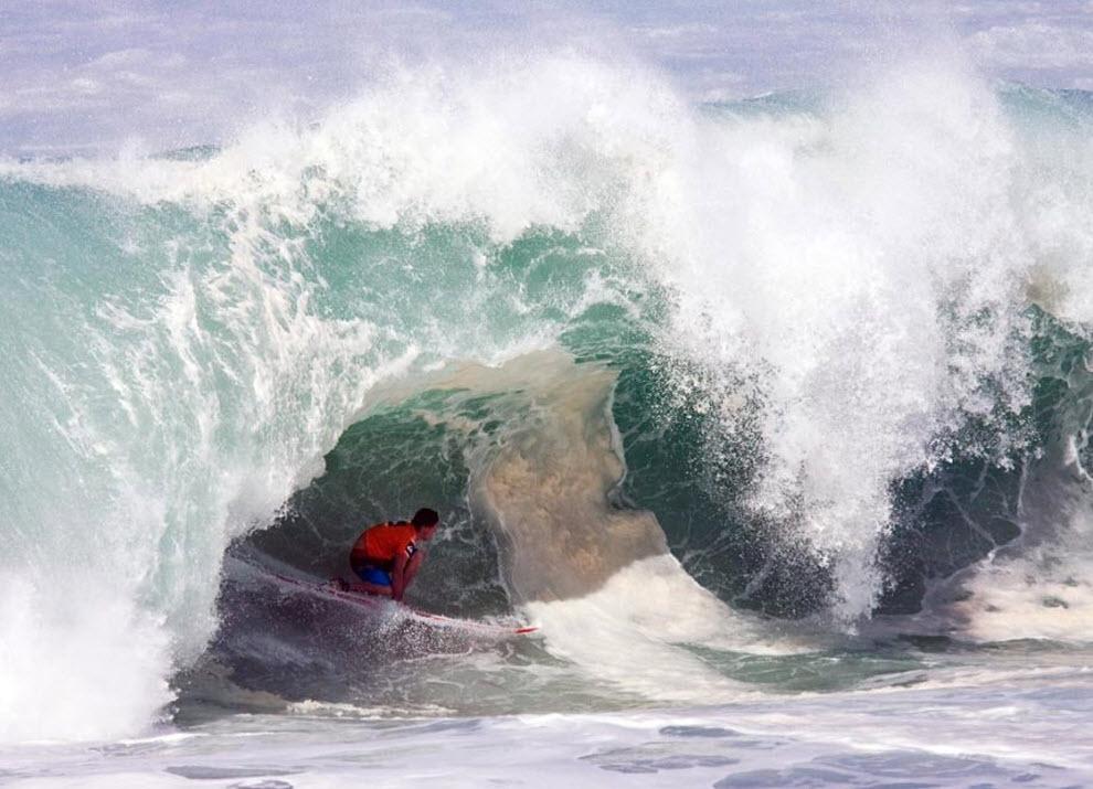 6) Борьба со стихией начинается уже тогда, когда серфер выгребает на верхушку волны, дальше ему предстоит разогнаться и катиться под прикрытием нависшей над ним водяной горы. Энди Айронс с Гаваев во время заплыва во втором раунде 8 декабря. ( Eugene Tanner, AP)