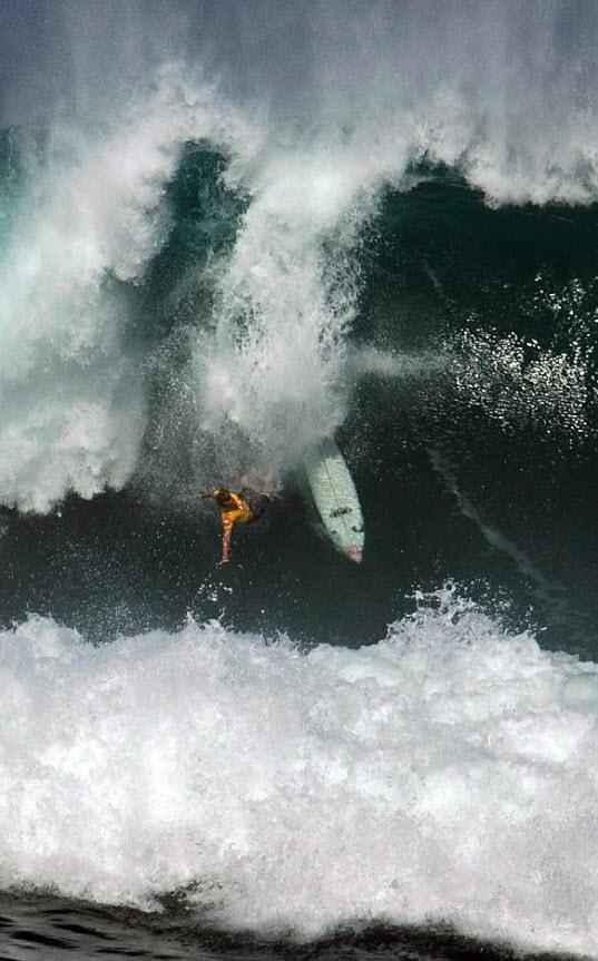 9) Профессиональный серфер Марк Хили падает с волны высотой более 12-ти метров на северном побережье Оаху. Последний раз волны необходимой высоты в 6 метров были на Гавайях в 2002 году. (Hugh Gentry, Reuters)