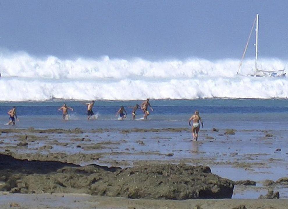 2. Иностранные туристы реагируют на первую из шести цунами на пляже Хат Раи Лэй недалеко от Краби в южном Таиланде 26 декабря 2004 года. (AFP/AFP/Getty Images)