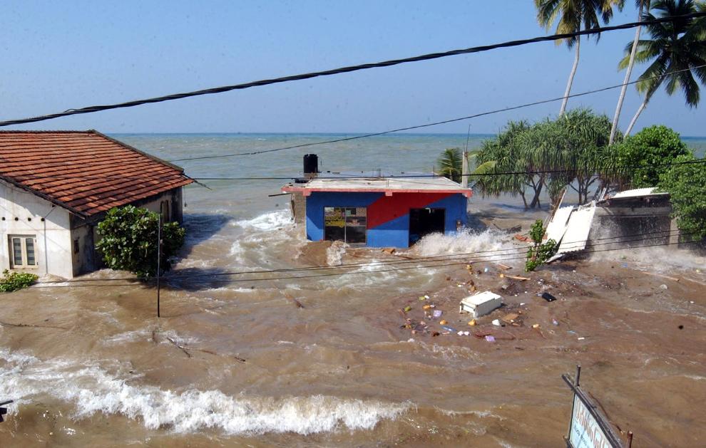 3. Прилив омывает дома в Маддампегама примерно в 60 км к югу от Коломбо, Шри-Ланка, 26 декабря 2004 года. (AP Photo/Gemunu Amarasinghe)