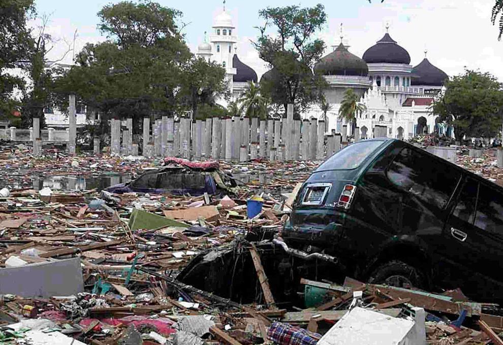 4. Вид на обломки недалеко от мечети БАитуррахман 27 декабря 2004 года на следующий день после того, как цунами достигло города Банда Ачех. (REUTERS/Beawiharta)