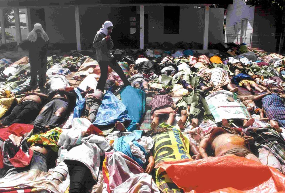 7. Женщины из Ачеха ищут тела пропавших родственников среди десятков жертв цунами в Банда Ачех 28 декабря 2004 года. (REUTERS/Handout/Beawiharta)