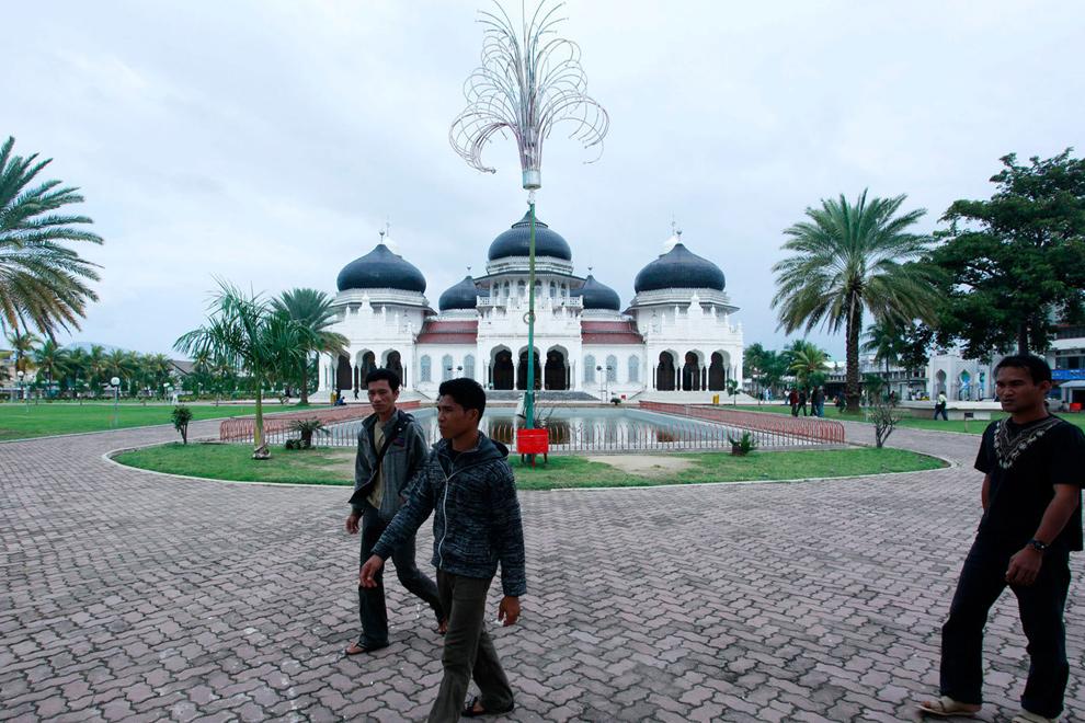 9. а) А это та же территория перед мечетью пять лет спустя – 23 декабря 2009 года. (Ulet Ifansasti /Getty Images)