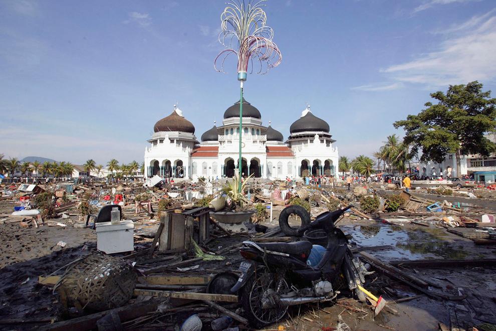 9. Главная мечеть города Банда Ачех была окружена руинами 29 декабря 2004 года. (Dimas Ardian/ Getty Images)