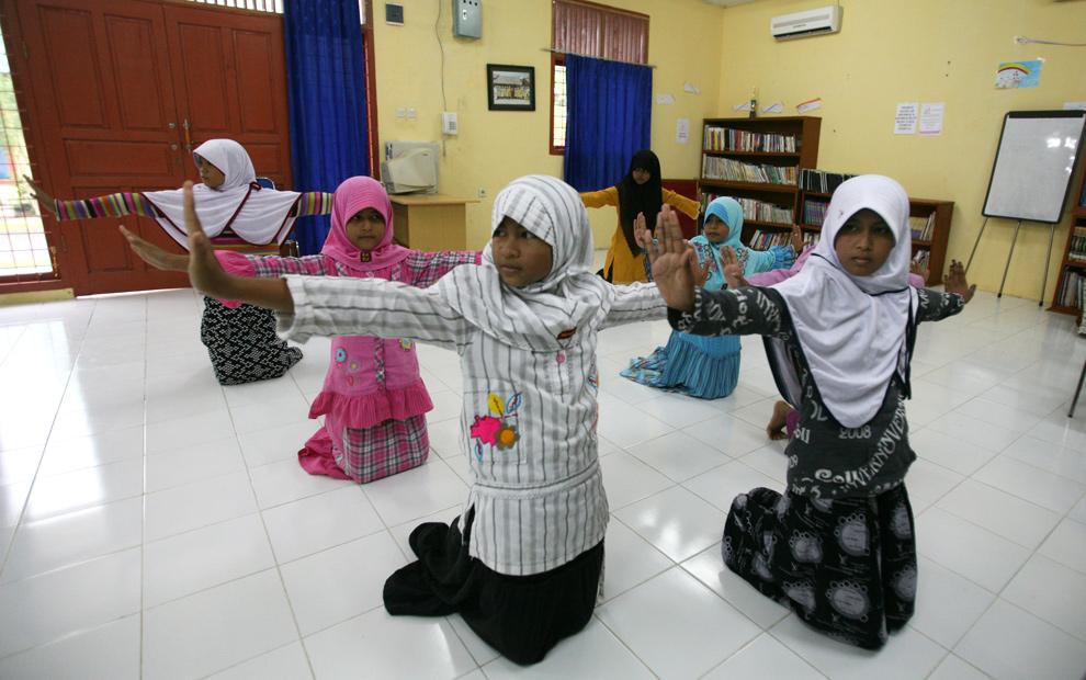 12. На этом фото, сделанном 6 декабря 2009 года, дети исполняют традиционный танец в приюте в столице провинции Ачех Банда Ачехе. Из общего количества погибших в результате цунами (230 000 человек) более половины погибли в Ачехе на острове Суматра, оставив, по меньшей мере 5200 сирот. (AP Photo/Achmad Ibrahim)