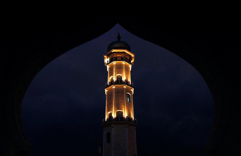 19. Минарет мечети Баитуррахман в Банда Ачехе 24 декабря 2009 года. (REUTERS/Beawiharta)