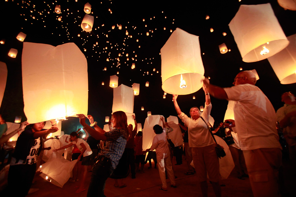 25. Люди запускают воздушные фонарики в небо над Андаманским морем в память о жертвах цунами в Индийском океане 2004 года в Кхао Лак в провинции Пханг Нга примерно в 110 км к северу от острова Пхукет 26 декабря 2009 года. (REUTERS/Chaiwat Subprasom)