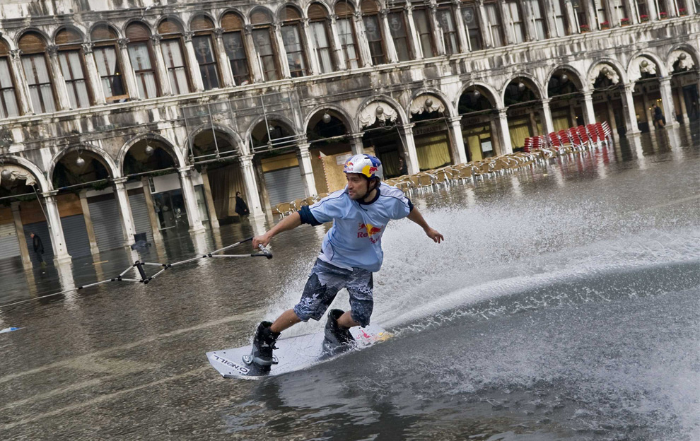 2. Дункан Зуур из Нидерландов едет на вейкборде по затопленной площади Сан Марко в Венеции 2 декабря 2008 года. (REUTERS/Handout/Euro-Newsroom.com/Joerg Mitter)