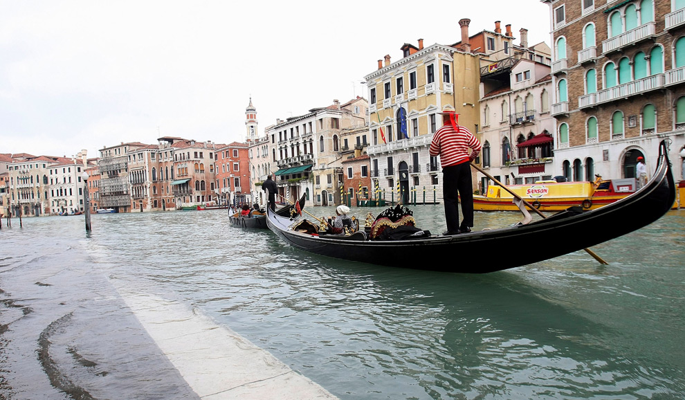 6. Гондола проплывает по затопленным улицам Венеции недалеко от моста Риалто 2 декабря 2008 года. (Franco Debernardi/Getty Images)
