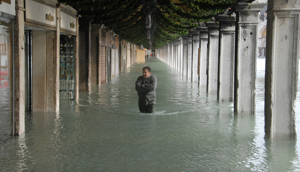 7. Человек идет по затопленной площади Сан Марко во время наводнения 1 декабря 2008 года в Венеции. (ANDREA PATTARO/AFP PHOTO/AFP/Getty Images)
