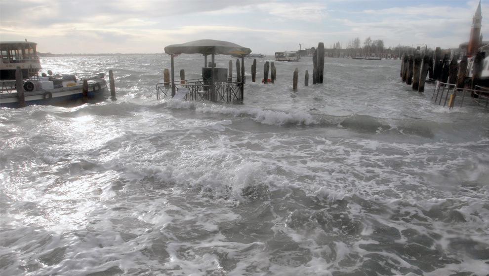 10. Вид на затопленный портовый район Венеции 1 декабря 2008 года. (ANDREA PATTARO/AFP PHOTO/AFP/Getty Images)