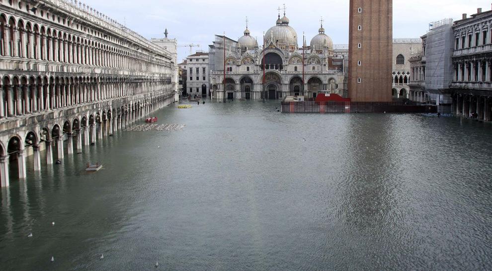 16. Общий вид на затопленную площадь Сан Марко с собором святого Марка на заднем фоне в Венеции в понедельник 1 декабря 2008 года. (AP Photo/Luigi Costantini)