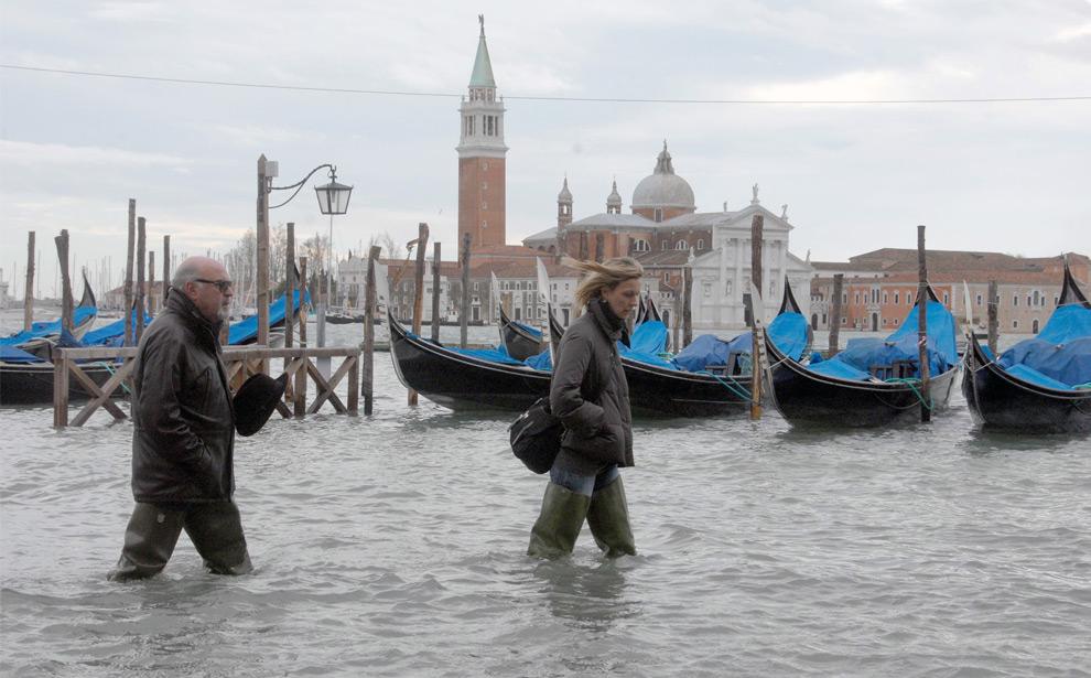 19. Люди идут вброд мимо гондол в Венеции 1 декабря 2008 года. (ANDREA PATTARO/AFP PHOTO/AFP/Getty Images)