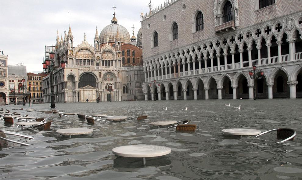 20. Общий вид на площадь Сан Марко и дворец дожей (справа) во время наводнения в Венеции 1 декабря 2008 года. (ANDREA PATTARO/AFP PHOTO/AFP/Getty Images)