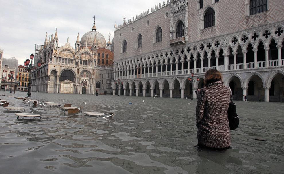 23. Женщина идет по затопленной площади Сан Марко 1 декабря 2008 года в Венеции. (ANDREA PATTARO/AFP PHOTO/AFP/Getty Images)