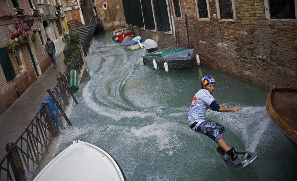 24. Дункан Зуур из Нидерландов едет на своем вейкборде по каналу рядом с затопленной площадью Сан Марко в Венеции 2 декабря 2008 года. (REUTERS/Handout/Euro-Newsroom.com/Joerg Mitter)