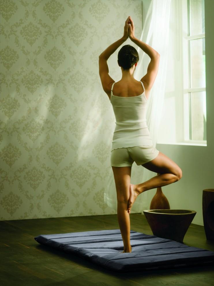 11) Позвоночник в порядке. Женщина делает упражнения для укрепления мышц спины с использованием специального коврика из материала Tempur, поглощающего давление и распределяющего нагрузку.
