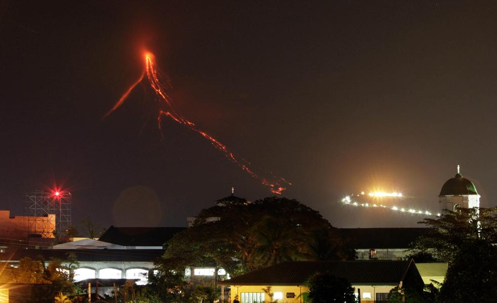 2. Лава продолжает стекать по склонам вулкана Майон в 500 км от Манилы 20 декабря. (AP/Bullit Marquez)