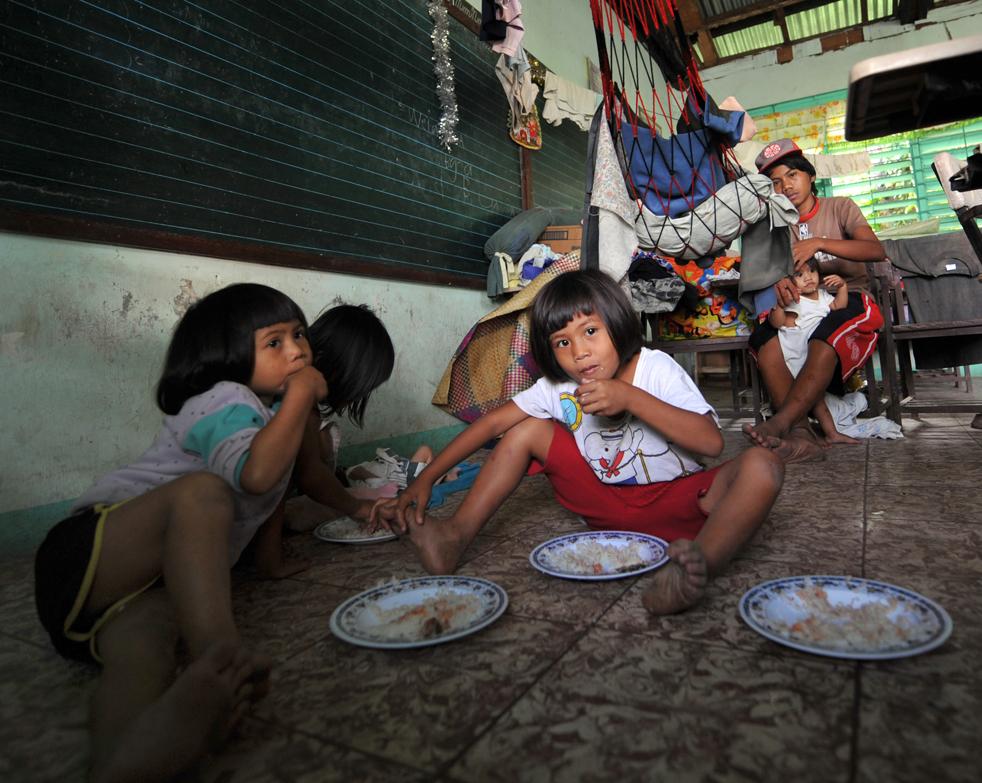 9. Эвакуированные с территории вокруг активного вулкана Майон дети завтракают во временном убежище в городе Лагазпи в провинции Абай 21 декабря. (AFP/Getty Images/Ted Aljibe)