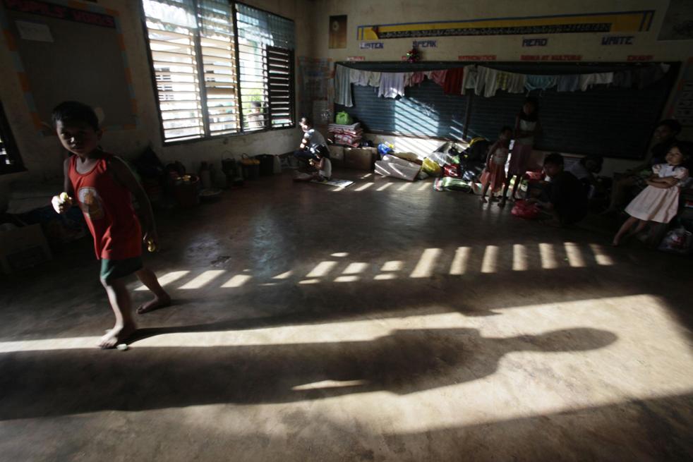 18. Эвакуированные жители пережидают извержение вулкана Майон в общественной школе в городе Бакакай в провинции Албай 19 декабря. (AP/Bullit Marquez)