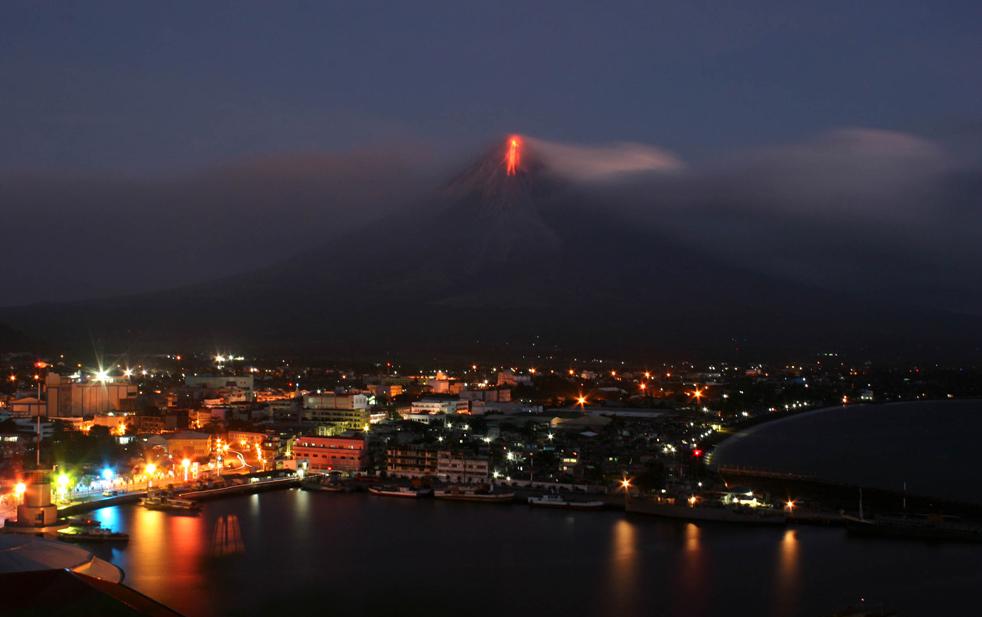 23. Лава течет из кратера вулкана Майон в городе Легазпи, провинция Албай, на юго-востоке от Манилы 15 декабря. (AFP/Getty Images/Charism Sayat)