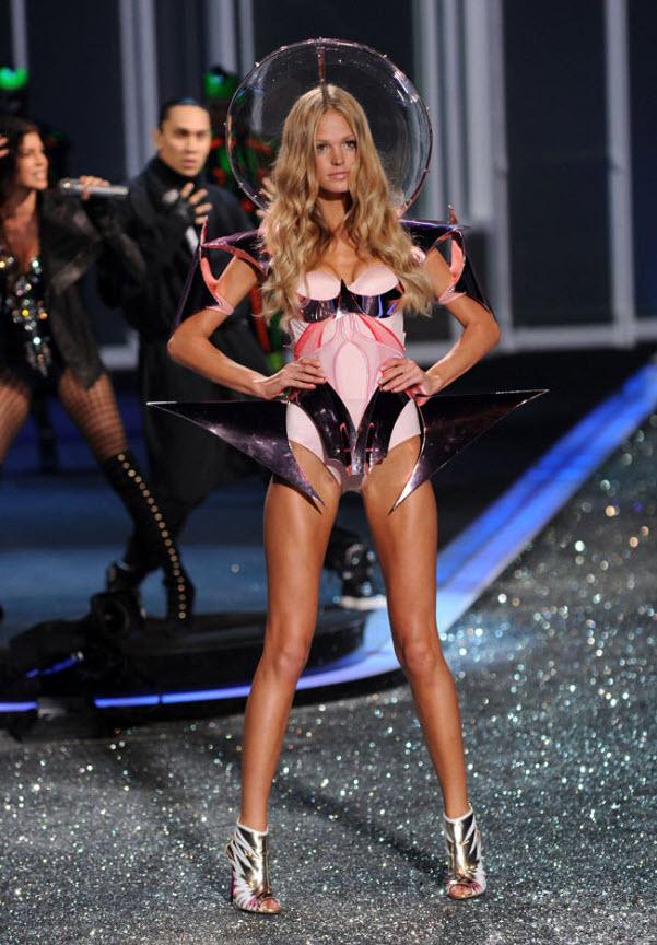 3. Эрин Хизертон в лифчике 'Shapewear Bra' от «Victoria's Secret», трусиках с высокой талией от Александра Коутни и туфлях от Джузеппе Занотти. (Jason Kempin, Getty Images)