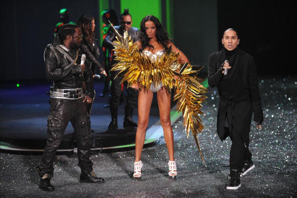 22. will.i.am из группы «The Black Eyed Peas», модель Селита Ибэнкс и Taboo из «The Black Eyed Peas» (справа) на шоу «Victoria's Secret» 19 ноября 2009 года в Нью-Йорке. (Getty Images)