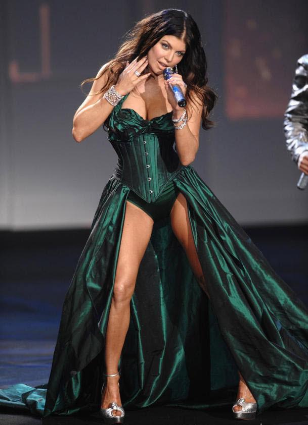 23. Ферги из «Black Eyed Peas» поет на шоу «Victoria's Secret 2009» 19 ноября 2009 года в Нью-Йорке. Шоу «Victoria's Secret» славится не только грандиозными нарядами и умопомрачительными декорациями, но и выступлением знаменитых артистов вживую. (Dimitrios Kambouris/WireImage.com)