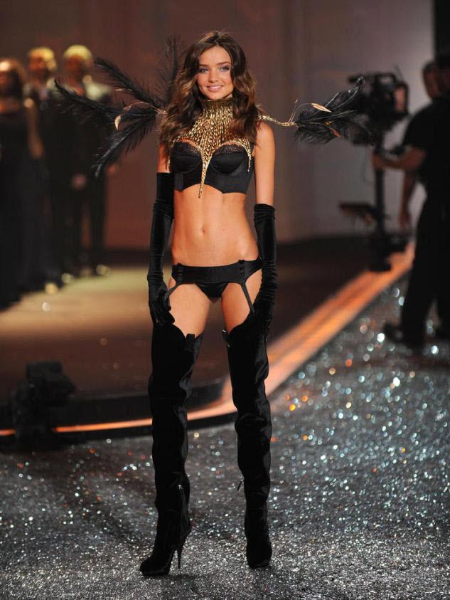 25. Модель Миранда Керр на подиуме «Victoria's Secret» 19 ноября 2009 года в Нью-Йорке. (Getty Images)
