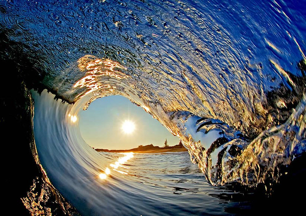 1. «Если внимательно посмотреть на волну вверху справа, можно увидеть береговую линию и отражающееся в ней «перевернутое» солнце, что похоже на то, как в изогнутой ложке отражаются предметы в перевернутом состоянии». (Clark Little)