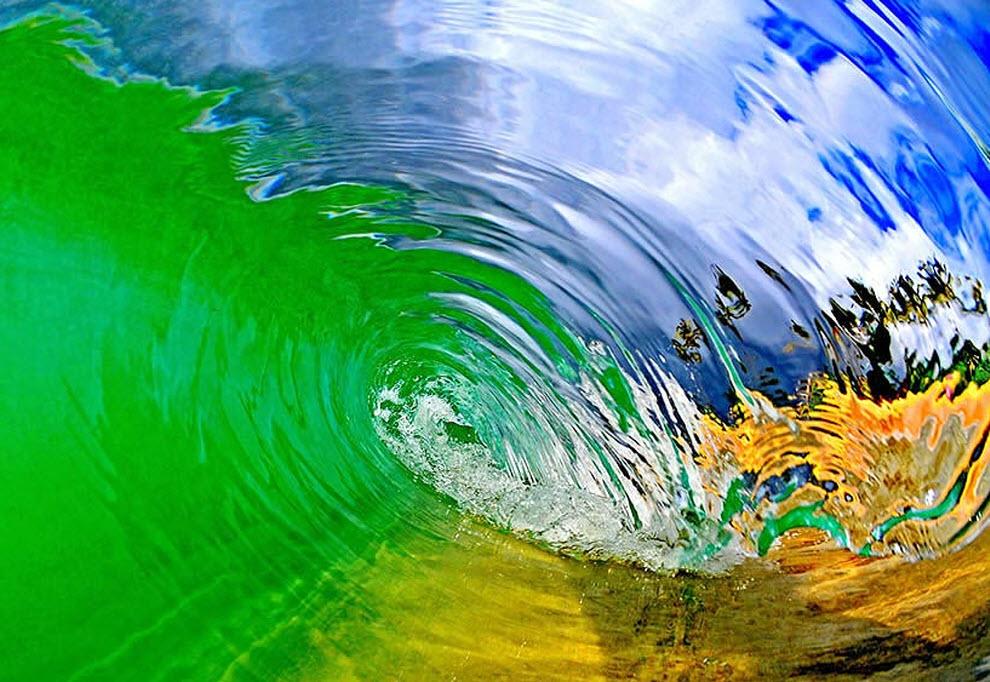 3. В фотографиях Кларка те, кто никогда не был серфером, могут пережить то, что испытывают они, когда оказываются в волне и видят эти удивительные цвета света и воды. «Стеклянная волна. Часть оттенка справа на воде получилась от камеры моей дочери, которая стоит с ней на другой стороне». (Clark Little)