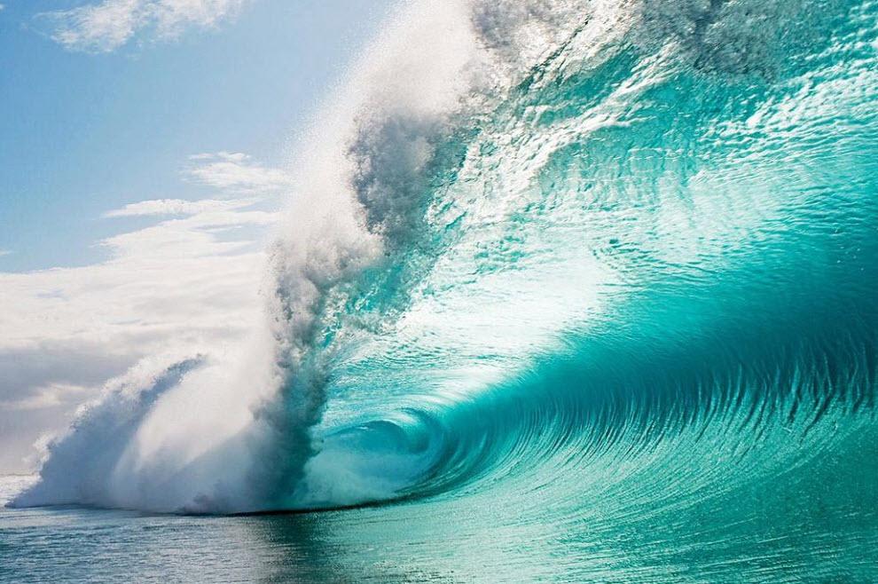 6. В 80-ых и 90-ых Кларк Литтл прославился как пионер в области фотографирования разбивающихся о берег волн.  «Этот снимок сделан у берега Ке Ики на Север Шор. Знатоки серфинга могут принять это за трубопровод». (Clark Little)