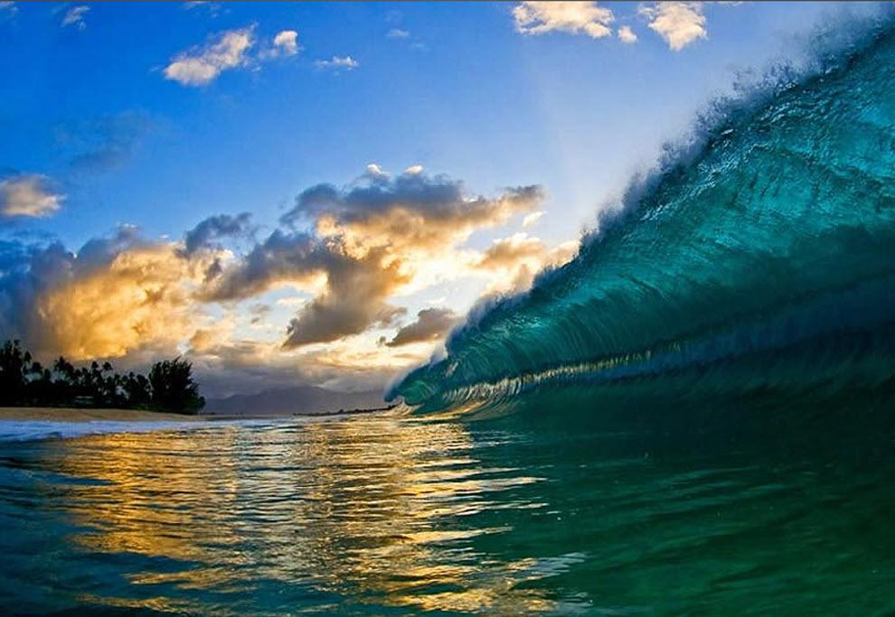 8. Будучи уже умелым серфером, Кларк брал фотоаппарат, прыгал в волны и начинал запечатлевать красоту и силу Гавайских волн. То, что начиналось как семейное хобби, превратилось в общественный бум, когда Кларк решил представить свои шедевры на суд публики. (Clark Little)