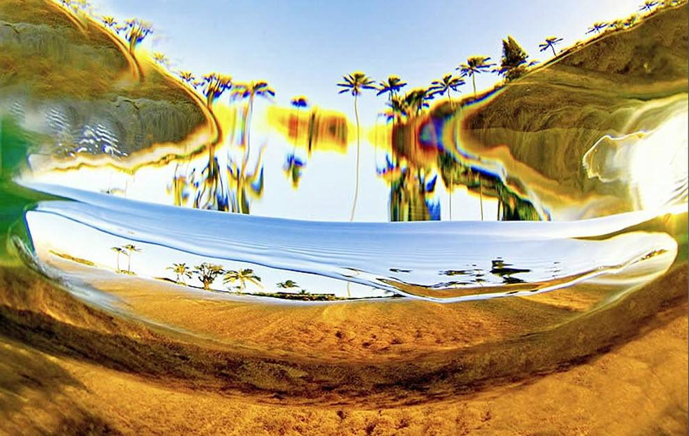 10. «Подводное фото маленькой волны, идущей к берегу». (Clark Little)