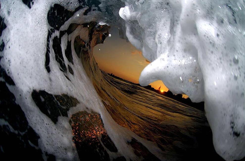 14. «Фотография сделана перед восходом солнца. Было довольно темно, так что я воспользовался вспышкой. Белая пена на волнах освещена вспышкой». (Clark Little)