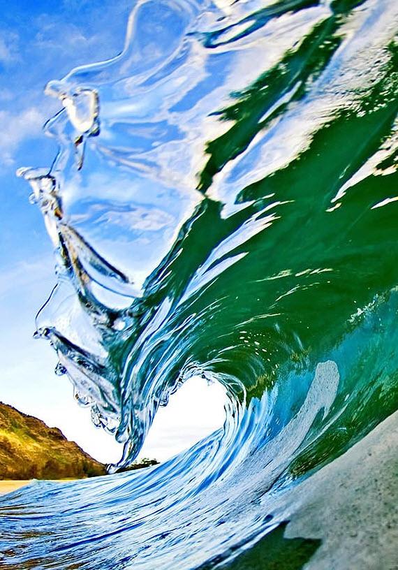 17. Со временем Кларк начал внедрять свои фотографии в другие сферы жизни – их можно увидеть на скейтбордах, открытках, рекламных щитках, в журналах, в виде фото-принтов, а также в его недавней книге. За свой успех он благодарен своей любви к волнам. «Эта фотография описывает состояние океана в безветрие, когда воды спокойны и прозрачны, как стекло. Это фото стеклянной губы, или стеклянного завитка, уже заворачивающегося в трубу». (Clark Little)