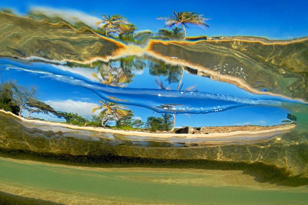 19. «Подводное фото маленькой стелящейся волны, идущей к берегу». (Clark Little)