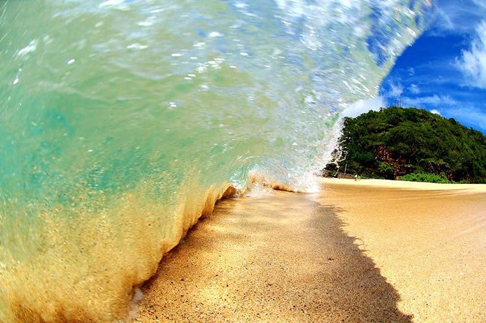 20. «Фото сделано в заливе Ваймеа на Север Шор в Оаху летом. Мне нравится отражение в волне, переходящие на песок и смешивающиеся с тенью». (Clark Little)