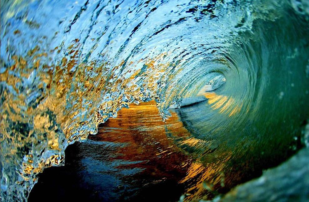 21. «Одна из первых фотографий, сделанных в начале моего творчества три года назад. Снимок сделан на восходе, и оттенки желтого и золотистого исходят от берега пляжа и окружающих его гор». (Clark Little)