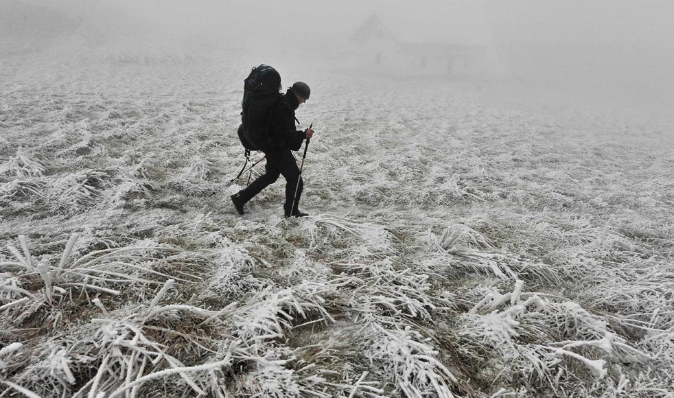 6. Паломник идет по дороге Сент-Джеймса, покрытой снегом и инеем, в Ибанете, недалеко от франко-испанской границы 15 декабря. Морозный ветер гуляет по Испании, а во многих частях зарегистрированы низкие температуры и снежные метели. (AP/Alvaro Barrientos)