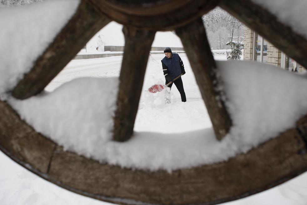 8. Мужчина разгребает снег недалеко от Сараево, Босния, 15 декабря. (AP/Amel Emric)