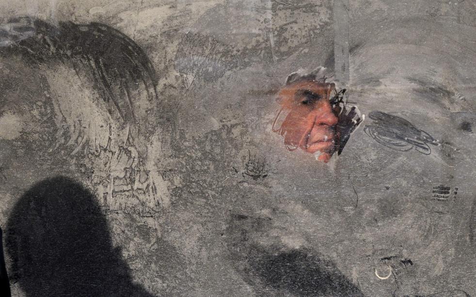 11. Мужчина смотрит в замерзшее окно автобуса в Киеве 16 декабря. В среду температура в Украинской столице упала до -16° по Цельсию. (AP/Sergei Chuzavkov)